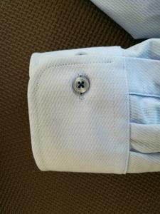 ノーアイロンシャツの袖元のボタン